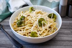 This pasta with cheese and broccoli is a fast and simple dish to prepare. To make this dish even more complete, you can add diced tofu. The cheddar can be Vegetarian Pasta Dishes, Vegetarian Cooking, Vegetarian Recipes, Healthy Recipes, Broccoli Recipes, Pasta Recipes, Cooking Recipes, Pasta Meals, Meal Recipes