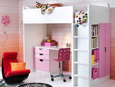 Cameretta con combinazione letto soppalco/scrivania/soluzioni per l'organizzazione STUVA nei colori bianco e rosa.