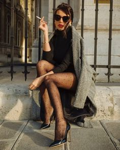 When it is not cold enough to wear thick trench coat outfit Red Trench Coat, Trench Coat Outfit, Black Wool Coat, Red Coat Outfit, Black Winter Coat, Kimono Outfit, Leather Trench Coat, Tights Outfit, Mode Outfits