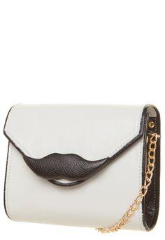 Para las amantes de los bolsos in, este de mustache queda bien  para toda ocasión, que dicen?