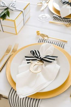 Black and white with gold details. | WEDDING TABLE SET UP