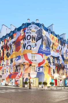 LE 30, AVENUE MONTAIGNE AUX COULEURS DE LA COLLECTION Entrance Design, Facade Design, Hoarding Design, Fashion Window Display, Colourful Buildings, Mural Wall Art, Christian Dior, Environmental Graphics, Advertising Photography