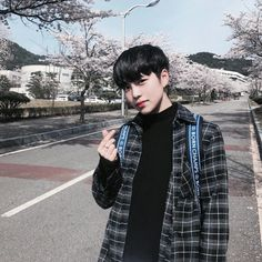 Ulzzang discovered by ✿𝐑𝐨𝐰𝐞𝐧𝐚 𝐑𝐚𝐯𝐞𝐧𝐜𝐥𝐚𝐰✿ on We Heart It Korean Boys Ulzzang, Cute Korean Boys, Ulzzang Couple, Ulzzang Boy, Korean Men, Asian Boys, Asian Men, Korean Girl, Asian Girl