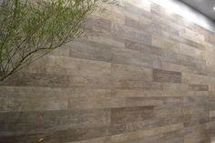 Porcelanato imita madeira, com diferentes larguras de placas - Portinari