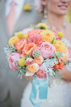 Buchet de mireasa cu flori in culori pastelate.