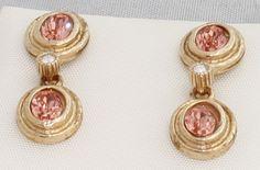 Pendientes de plata 925 y elementos Swarovski, acabado dorado, doble piedra color rojo salmón, movibles, cierre de presión. El acabado (en plata rodinada, dorado o cobrizo) y el color de las piedras son totalmente personalizables.