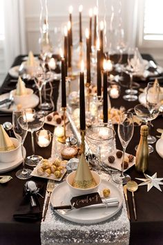 Dîner de réveillon du Nouvel An avec chocolat Lindt - Table top - [post_tags New Years Dinner Party, Dinner Party Table, Nye Party, New Years Eve Birthday Party, Party Tables, Party Hats, Christmas Dinner Party Decorations, New Years Eve Menu, Gala Dinner