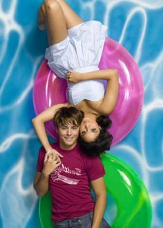 Vanessa Hudgens & Zac Efron Hig School, High School Love, High School Musical 3, Zac Efron Vanessa Hudgens, Vanessa Hudgens Style, Troy Bolton, Zac Efron And Vanessa, Troy And Gabriella, Disney Channel Shows