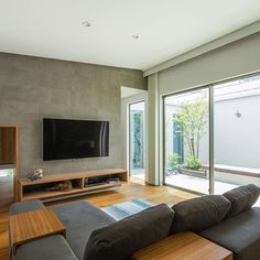 中庭から光が入る明るいリビングは、家族との時間をのんびり過ごせる空間に。 Living Room Tv, Living Room Colors, Interior Design Living Room, Living Room Designs, Concrete Materials, Japanese House, Great Rooms, Future House, Sweet Home