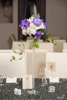La masa 6 se poarta hortensiile albe impreuna cu orhideele tipatoare vanda si iedera lejera
