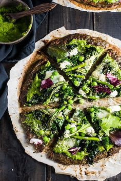 This Green Goddess Pizza is made with a green veggie pizza crust pesto pizza sauce and topped with kale asparagus peas hemp hearts. Pizza Recipes, Vegetarian Recipes, Cooking Recipes, Healthy Recipes, Pesto Pizza, Veggie Pizza, Falafels, Bagels, Green Pizza