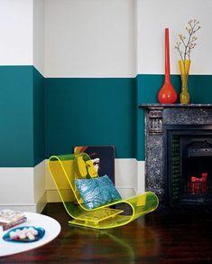 peinture-mur-salon-bleue-chaise-jaune-table-basse-blanche-et-cheminée-murale