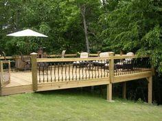 deck sobre terreno em aclive - Deck built onto sloped yard, railings: