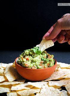 El guacamole, el popular dip mexicano, es una receta sobre la que parece haber falta de consenso. Tal y como ocurre con la tortilla española, del ...