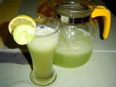 Jak vyrobit okurkovou limonádu | recept Fruit Juice, Glass Of Milk, Smoothies, Cake Recipes, Panna Cotta, Food And Drink, Fresh, Tea, Drinks
