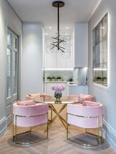 Get inspired by these dining room decor ideas! From dining room furniture ideas, dining room lighting inspirations and the best dining room decor inspirations, you'll find everything here! Luxury Interior Design, Interior Decorating, Decorating Ideas, Decorating Websites, Modern Interior, Interior Design London, Flat Interior, Cottage Decorating, Decorating Kitchen
