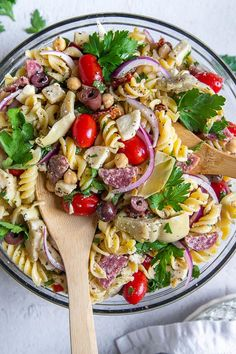 Sun Dried Tomato Pasta Salad has a creamy parmesan Italian dressing mixed with gluten free pasta or traditional, tomatoes, artichoke hearts, olives, salami, and fresh mozzarella. This unique and flavorful cold pasta salad is guaranteed to be devoured quickly at BBQs and potlucks! #pastasalad #glutenfree #sundriedtomato #italian #cold #creamy Tomato Pasta Salad, Best Pasta Salad, Pasta Salad Recipes, Italian Salad, Italian Dressing, Maine, Sandwiches, Sweet Potato Curry, Cold Lunches