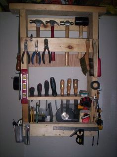 estant amb fusta de palets..I am guessing that says you can use pallets to create tool storage!