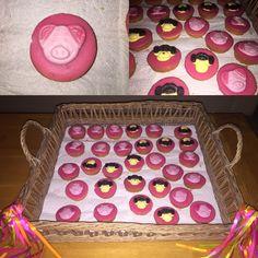Makkelijke traktatie voor in de klas!  Roze koek, beetje chocostift in het midden, daarna een apenkop of varkenskop erop plakken. Klaar!