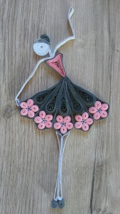 Zobacz zdjęcie Diy w pełnej rozdzielczości Diy na quilling - Zszywka. Neli Quilling, Quilling Butterfly, Paper Quilling Patterns, Quilling Paper Craft, Quilling Designs, Diy Paper, Paper Crafts, Arts And Crafts, Batman Gifts