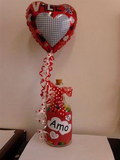 Botella reciclada rellena de dulce de bolitas decorada con un globo para San Valentin
