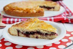 Part de gâteau basque à la confiture de cerises noires