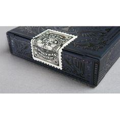 Fiecare carte din pachetul de carti de joc Ultimate Deck are o poveste unica imbinand arta clasica cu arta moderna.