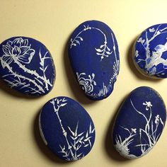 Blue painted stones with pretty white botanicals! Stone Crafts, Rock Crafts, Arts And Crafts, Kids Crafts, Pebble Painting, Pebble Art, Stone Painting, Dawn Stone, Christmas Rock