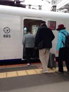 다시 신칸센에 몸을 싣고 나가사키로 향합니다. 이번엔 특급카모메라는 열차라 내부도 인테리어도 타고왔던 사쿠라와는 매우 다르네요~