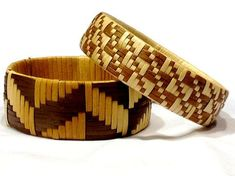 Beautiful two-toned bracelets Flax Weaving, Bamboo Weaving, Weaving Art, Weaving Patterns, Basket Weaving, Weaving Designs, Clay Jewelry, Jewelry Crafts, Hawaiian Crafts
