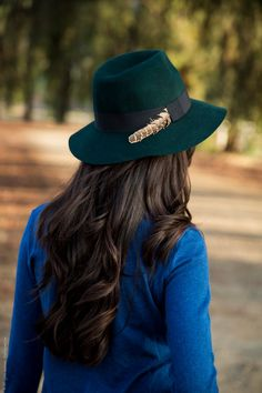 When it gets chilly a wool or fur felt fedora hat is a stylish choice. Pair your fedora hat with moto jeans, ankle boots and blazer for a stylish outfit. Stylish Girls Photos, Stylish Girl Pic, Stylish Outfits, Clothes For Women In 20's, Cute Girl Poses, Beautiful Girl Photo, Outfits With Hats, Girls Pants, Girl Photography Poses