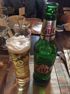Cerveza Ciuc, pisner suave de rumania. Tomada en restaurante Hanul Manuc, Bucarest. Pint Glass, Beer Bottle, Drinks, Tableware, Food, Gastronomia, World, Goodies, Meals
