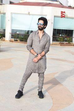 "Mumbai: Media interactions for ""Batti Gul Meter Chalu"" Shahid Kapoor - Social News XYZ Trendy Mens Fashion, Mens Fashion Wear, Suit Fashion, Fashion Trends, Gents Kurta Design, Boys Kurta Design, Kurta Pajama Men, Kurta Men, Nigerian Men Fashion"