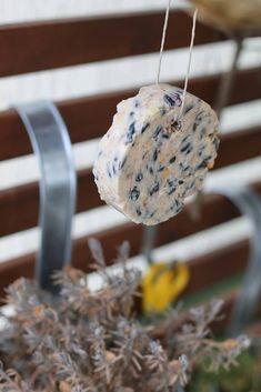 Hast Du schon mal Meisenknödel selbst gemacht? Verwöhne Deine gefiederten Besucher auf dem Balkon und im Garten mit Fettfutter nur aus besten Zutaten, die die Vögel wirklich lecker finden werden! Meisenknödel selber machen ist einfach und schnell - die Zutaten hast Du bestimmt schon zuhause!