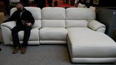 Sofá #chaiselongue moderno de #cuero blanco. #mueblesarria