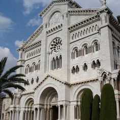 #Rocher Cathedrale de Monaco, built in 1875 using white stones from La Turbie on the site a 13th century church dedicated to Saint Nicolas. Prince Rainier and Princess Grace Kelly got married and buried here. #travel #Monaco #France by jacqueline_dg from #Montecarlo #Monaco