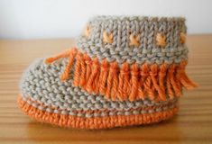 Tuto syning til frynsede babysko. Knit Baby Shoes, Crochet Shoes, Crochet Slippers, Baby Booties, Knitting For Kids, Baby Knitting Patterns, Crochet Patterns, Free Crochet, Knit Crochet