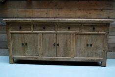 Landelijk dressoir gemaakt van oud hout. Mooi dressoir met veel opbergruimte.