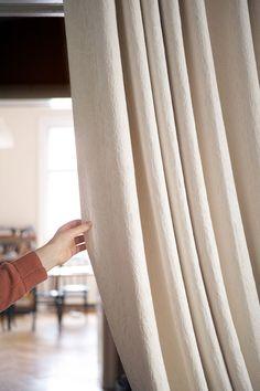 Oft praktisch: Durchgänge kann man mit schweren Vorhängen vom Wohnraum abgrenzen. Curtains, Home Decor, Insulated Curtains, Homemade Home Decor, Blinds, Draping, Decoration Home, Drapes Curtains, Sheet Curtains
