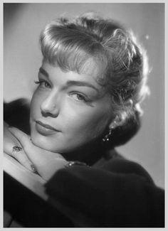 Simone SIGNORET '40-50 (25 Mars 1921 - 30 Septembre 1985)fue una actriz francesa.En 1958, Signoret viajó a Inglaterra para filmar Un lugar en la cumbre, por cuya actuación ganó varios premios, incluyendo el Premio a la mejor actriz en el Festival Internacional de Cine de Cannes y el Óscar a la mejor actriz.Signoret murió de cáncer de páncreas en Autheuil-Anthouillet (Eure) y fue enterrada en el Cementerio del Père-Lachaise.