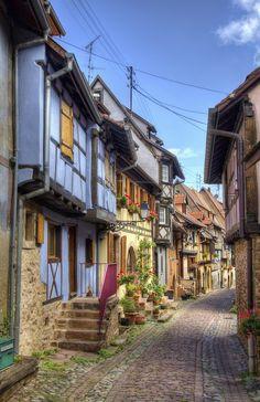 A deux pas de Colmar, Eguisheim est l'un des plus beaux villages d'Alsace (France)................mais quel dommage les fils électriques!...............