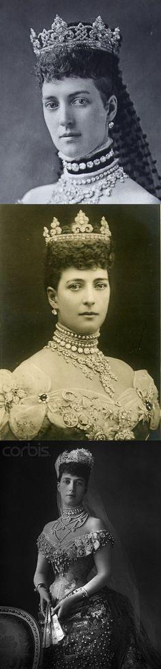 """La tiara """"Rundell"""" de Garrard fue un regalo de bodas de Príncipe de Gales (futuro rey Eduardo VII) a la princesa Alexandra de Dinamarca en 1863. Con los tréboles estilizados y los nudos de los amantes, la tiara está diseñada para ser flexible, Los elementos se separan en broches y la base se puede usar con sólo los rollos o con estrellas de diamante. La tiara era también parte de un aderezo que no se ha vuelto a ver en muchas décadas, sin embargo el resto del aderezo todavía se usa."""