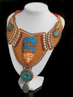 Nefertiti+Autorský+šperk+Tento+jedinečný+náhrdelník+vznikl+opět+na+téma+Egypt.+Nevím+proč,+ale+toto+místo+mě+učarovalo+a+proto+mě+stále+láká+k+výrobě+egyptských+šperků.+Je+vyroben+časově+náročnou+technikou+korálkové+výšivky.+Použit+je+nádherný+kerašon+s+motivem+obličeje+odMANNAS+materiála+i+další+keramické+komponenty.+Na+obšívání+a+vyšívání+jsou...