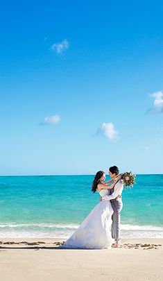 理想のハワイ挙式・ハワイリゾートウェディングを叶えるなら【ワタベウェディング】結婚式場 式場 国内 海外 ウェディング 会場 ワタベウェディング Pre Wedding Photoshoot, Wedding Pics, Wedding Dresses, Wedding Photography Poses, Hawaii Wedding, Cute Couples, Romance, Married Couple Photos, Couple
