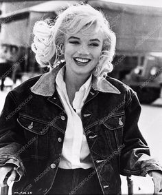 photo candid Marilyn Monroe in jean jacket on set The Misfits 654-07