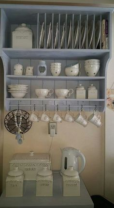 Ideas for kitchen country cottage plate racks Plate Racks In Kitchen, Kitchen Shelves, Kitchen Redo, Kitchen Remodel, Kitchen Design, Kitchen Cabinets, Diy Plate Rack, Shabby Chic Kitchen, Country Kitchen