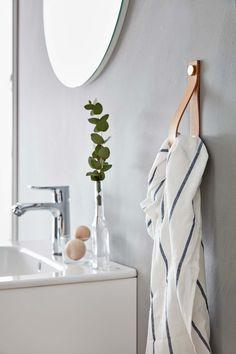 | Badrumsinspiration | Badrumstillbehör från Ballingslöv. Här en handdukshållare i Läder natur. | Ballingslöv