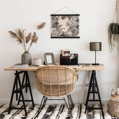 Rattan armchair: 10 models to give an exotic touch to your decor Chic Office Decor, Home Office Setup, Home Office Design, Workspace Inspiration, Home Decor Inspiration, Home Study Rooms, Bedroom Minimalist, Chic Desk, Studio Room