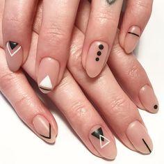 Mit Punkten, Streifen, Dreiecken und Quadraten lassen die Nagelspitzen und die Nagelhalbmonde hervorheben