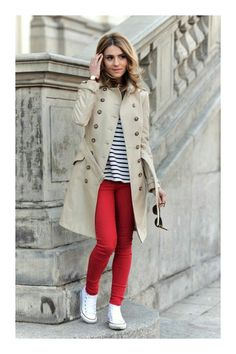 light beige trench coat, white and black horizontal striped sweater with a round neck, red skinny jeans, white high-top canvas sneakers for women - Buy the look: lookastic.de / … – Light beige trench coat – White and black horizontal strip - Shoes For Skinny Jeans, Skinny Jeans Damen, Red Skinny Jeans, Skinny Pants, Jeans Shoes, How To Wear White Converse, White Converse Outfits, Red Converse, Trench Coat Beige